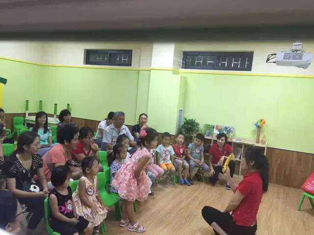 托马斯学习馆老师和小朋友在游戏互动